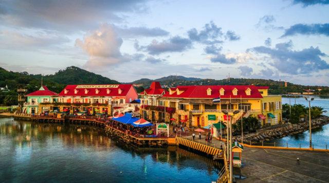 Zamiřte do české vesnice v Karibiku na ostrově Roatan #Karibik #Dovolená